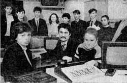Ренат Мухамедович Измайлов со своей семьёй и учениками в кабинете информатики